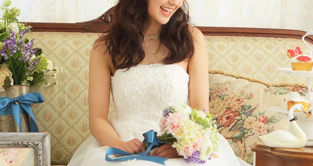 花嫁花束を持っている