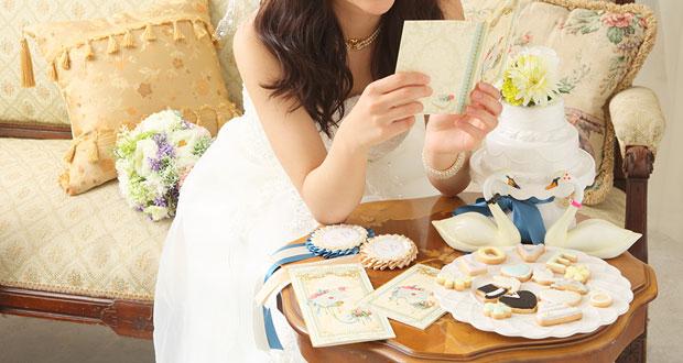 招待状を持っている花嫁